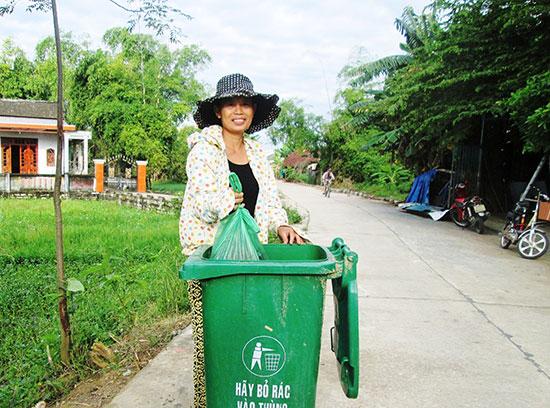 Những năm qua, hội viên phụ nữ trên địa bàn tỉnh tích cực tham gia bảo vệ môi trường nông thôn.Ảnh: VĂN SỰ