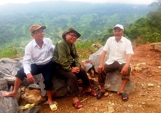 Ông Đinh Mươk (giữa) trong một lần đến khảo sát vườn sâm Ngọc Linh. Ảnh: NVCC