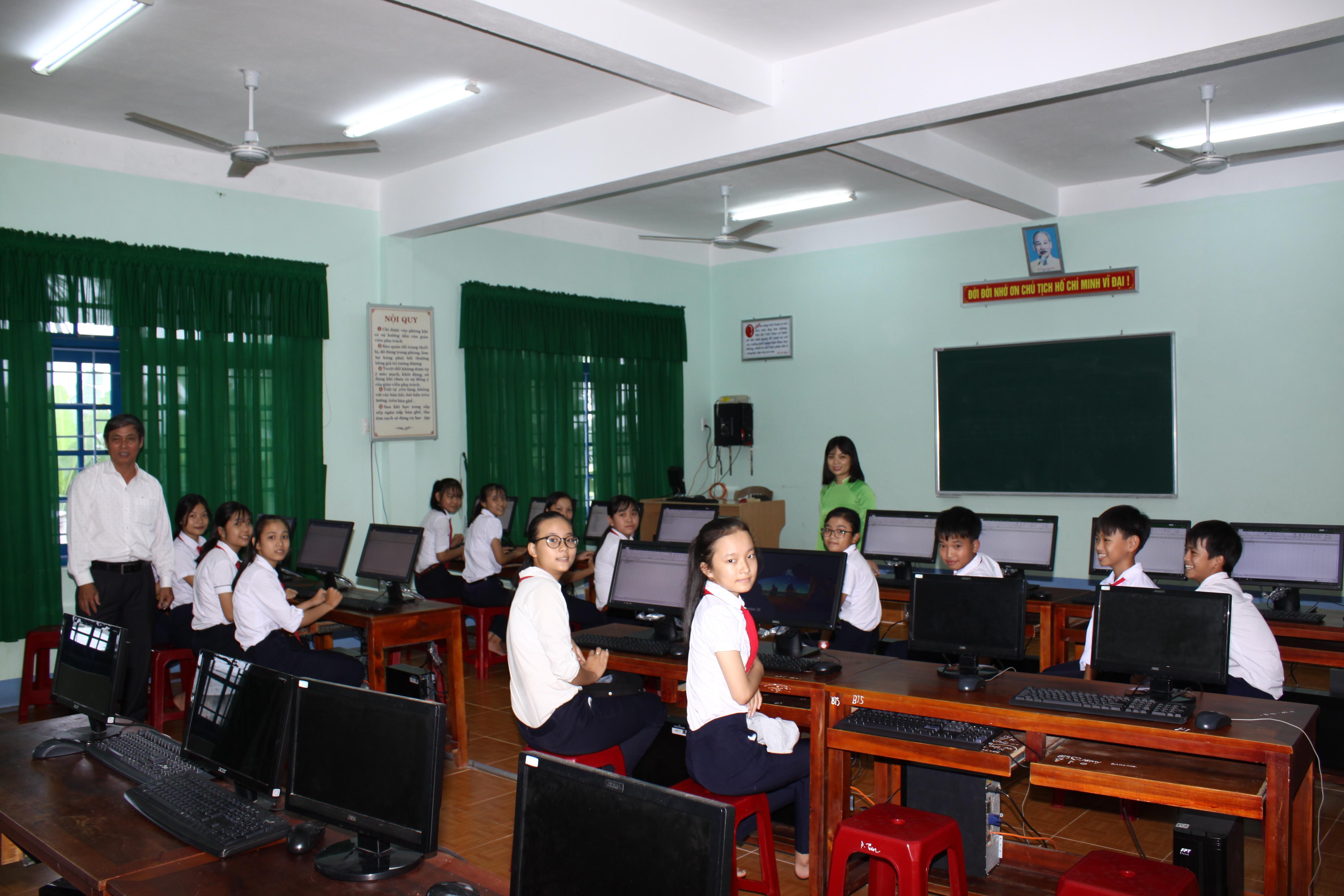 Học sinh trường Trần Cao Vân trong ngày nhận máy vi tính mới. Ảnh: Q.T