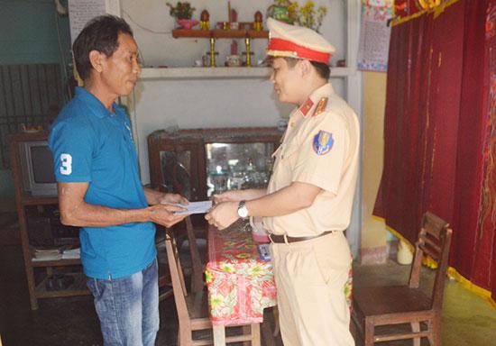 Công an huyện Phú Ninh thăm, tặng quà cho gia đình nạn nhân tai nạn giao thông. Ảnh: L.T