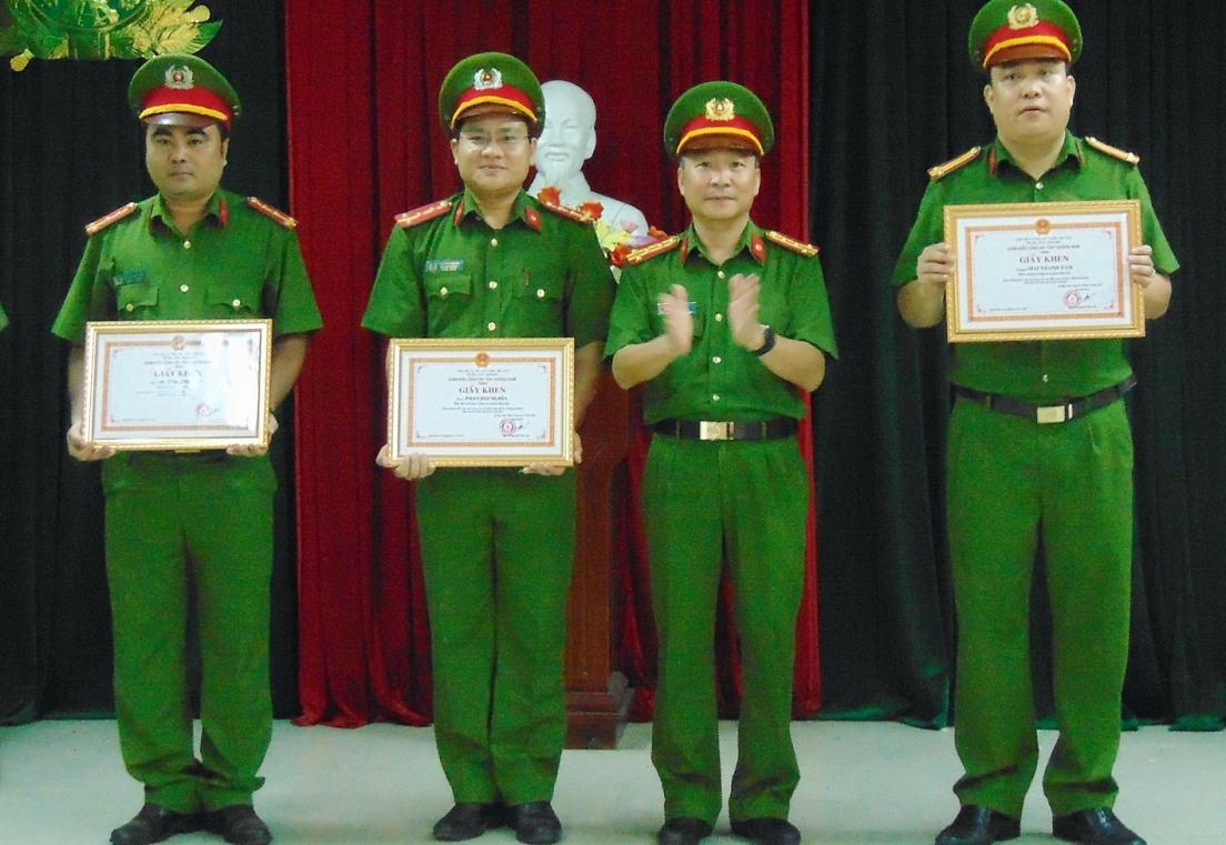Đại tá Nguyễn Đức Dũng tặng giấy khen cho ban chuyên án. Ảnh: T.M