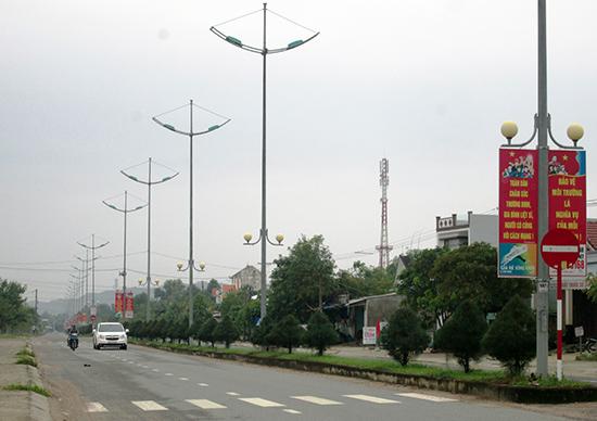 Trục đường chính dẫn về xã Duy Trung (Duy Xuyên) được xây dựng rất khang trang. Ảnh: VĂN SỰ