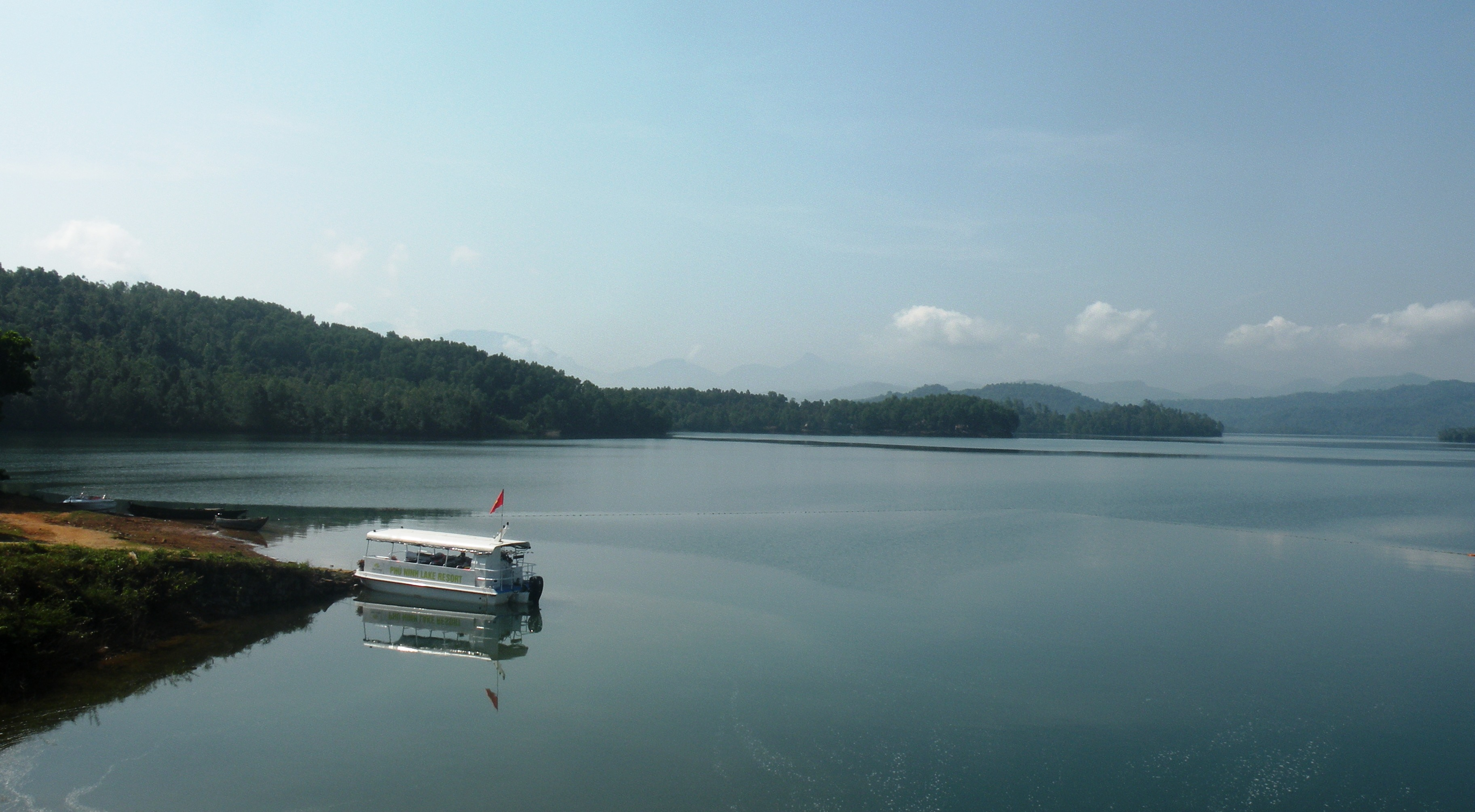Tính đến chiều nay 10.12, hồ chứa nước Phú Ninh mới tích đạt 87,36% so với dung tích hữu ích.  Ảnh: VĂN SỰ