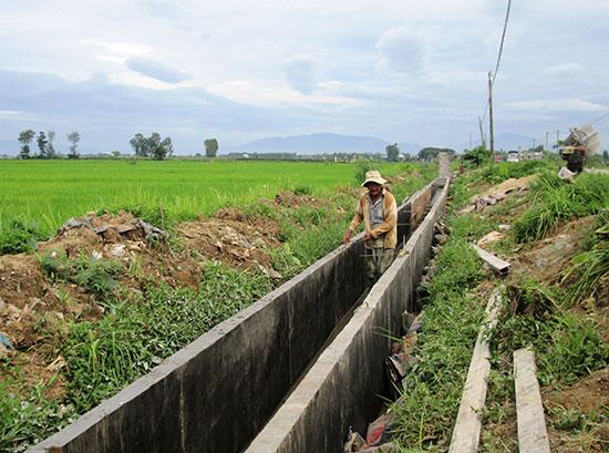 Năm 2018, Duy Xuyên tiếp tục ưu tiên nguồn lực kiên cố hóa hệ thống kênh mương để chủ động phục vụ sản xuất nông nghiệp. Ảnh: VĂN SỰ