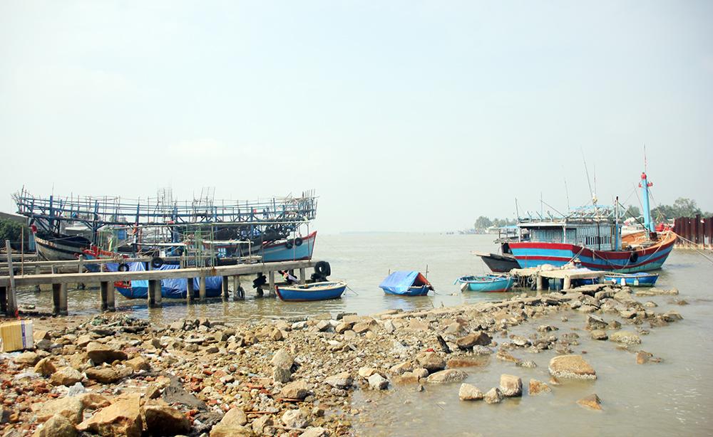 Khu vực cảng cá Tam Quang đang được đầu tư xây dựng hạ tầng phục vụ hậu cần nghề cá.Ảnh: ĐỨC HẠNH