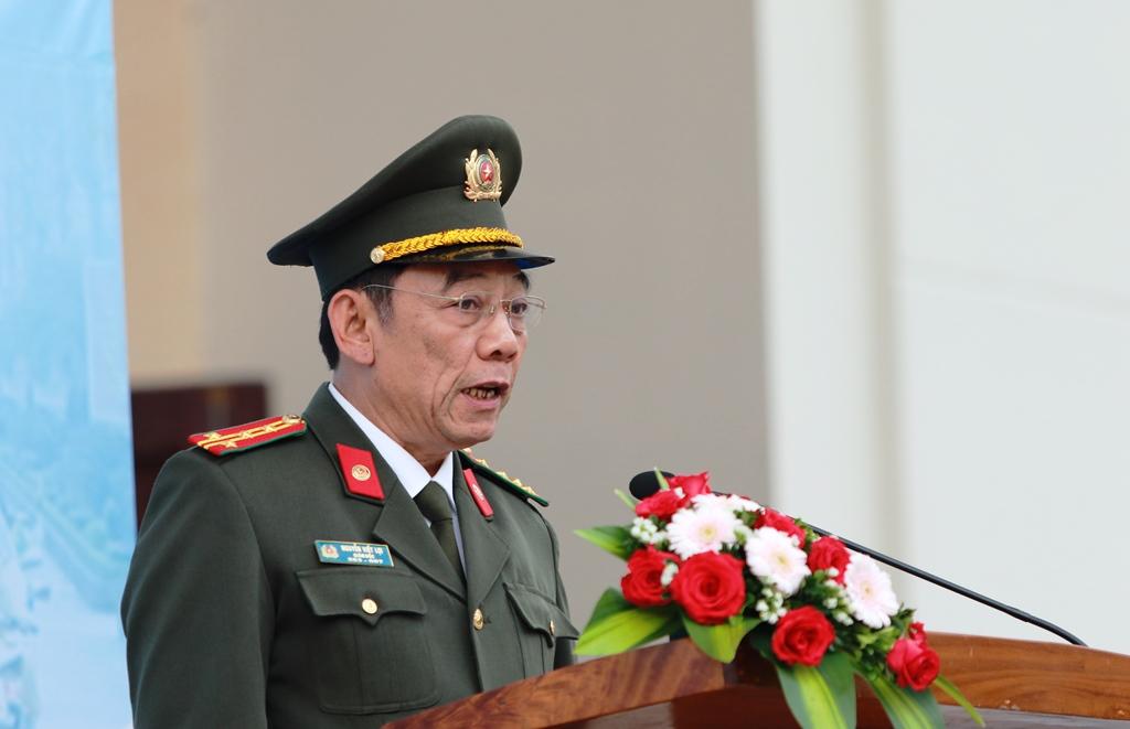 Đại tá Nguyễn Viết Lợi - Giám đốc Công an tỉnh phát lệnh ra quân. Ảnh: T.C