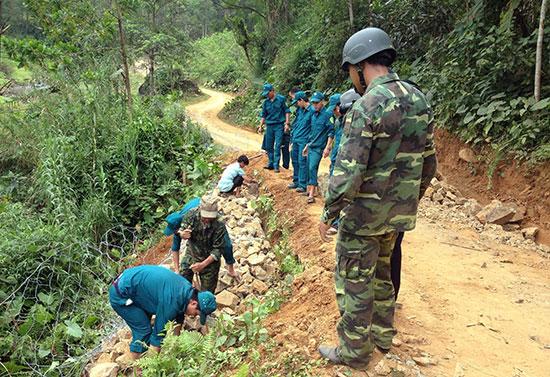 Ban Chỉ huy Quân sự huyện Tiên Phước giúp nhân dân làm đường giao thông nông thôn. Ảnh: NGUYỄN HƯNG