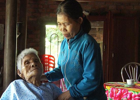 Chị Xanh bên mẹ già bệnh nặng. Ảnh: LÊ THÔNG