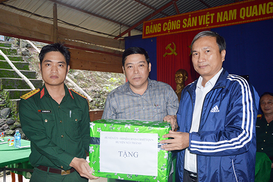 Lãnh đạo Huyện ủy, UBND huyện Núi Thành tặng quà cho Đại đội Công binh.