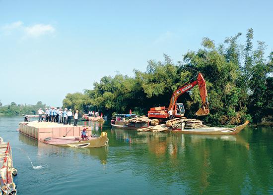 Quảng Nam từng nhiều lần đắp đập ngăn mặn trên sông Vĩnh Điện - nhánh rẽ của sông Thu Bồn. Ảnh: VĂN SỰ