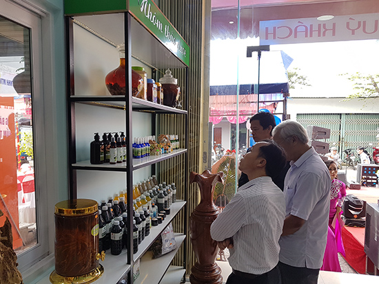 """Khách hàng tìm hiểu và mua sắm các sản phẩm """"tiền OCOP"""" Tiên Phước tại cửa hàng của Công ty Hương Phú Lộc. Ảnh: D.L"""