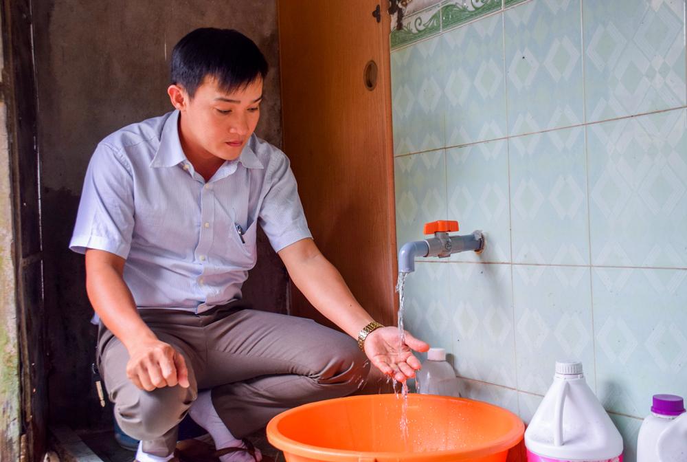 Nguồn nước sạch gia đình anh Linh thường xuyên gặp tình trạng thiếu hụt. Ảnh: QUÂN -  THẮNG
