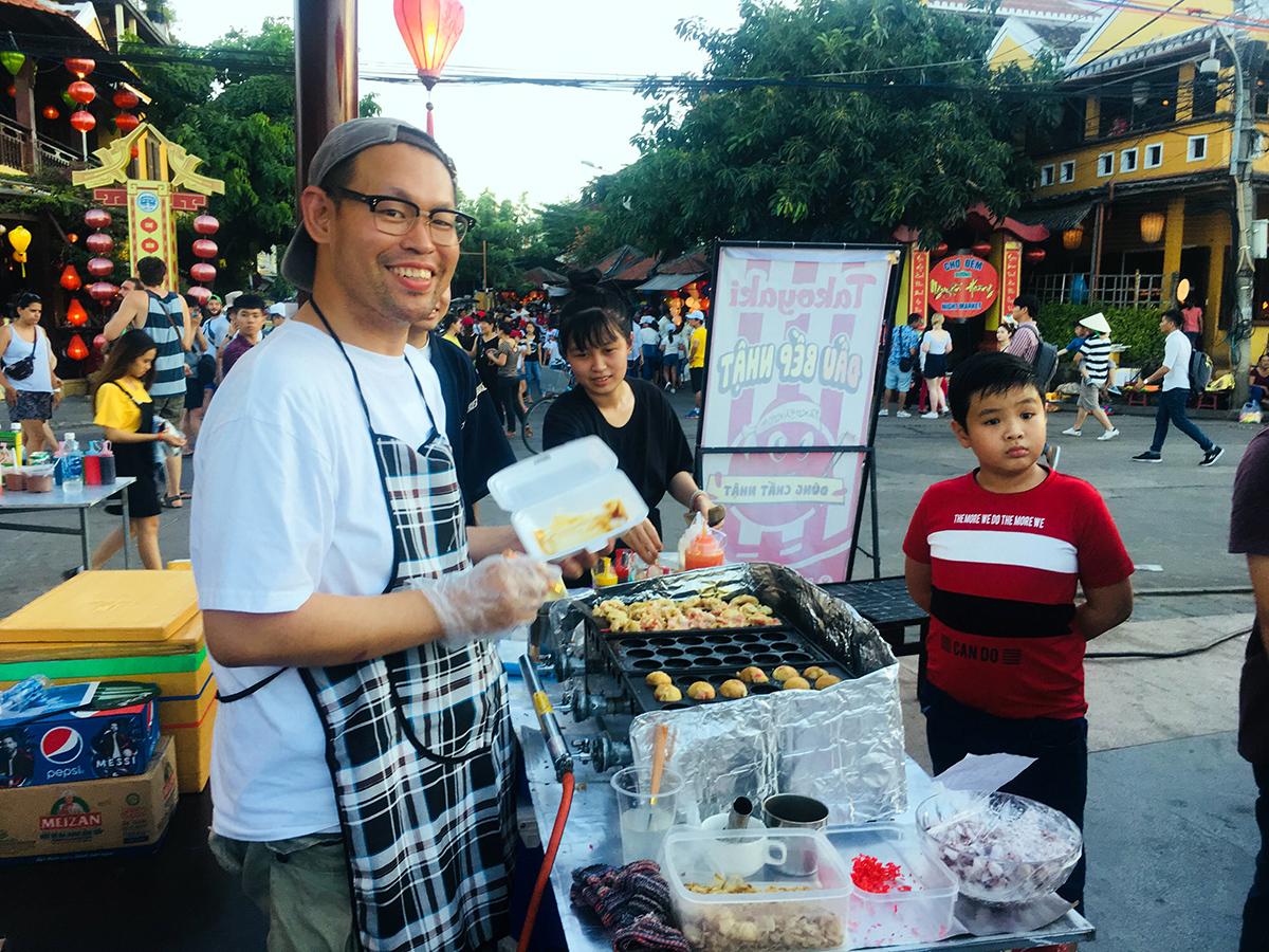 """Đầu bếp Nhật Bản trổ tài chế biến thức ăn đường phố trong """"Những ngày văn hóa Nhật Bản tại Quảng Nam"""". Ảnh: X.HIỀN"""