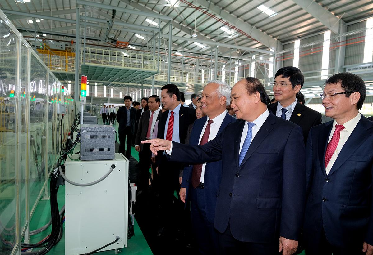 Thủ tướng Chính phủ Nguyễn Xuân Phúc tham quan nhà máy sản xuất ô tô Thaco Mazda. Ảnh: QUANG HIẾU