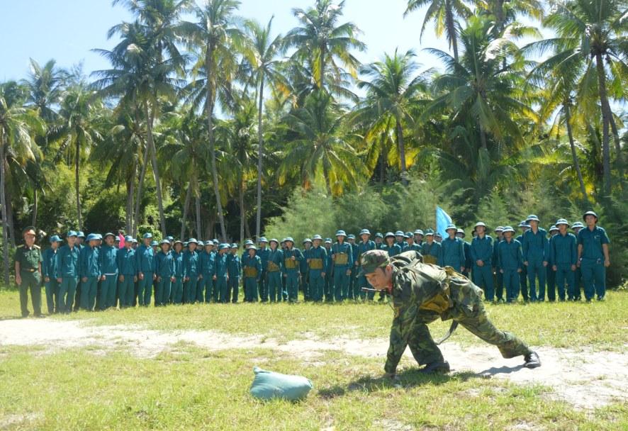 Huấn luyện dân quân biển huyện Núi Thành.