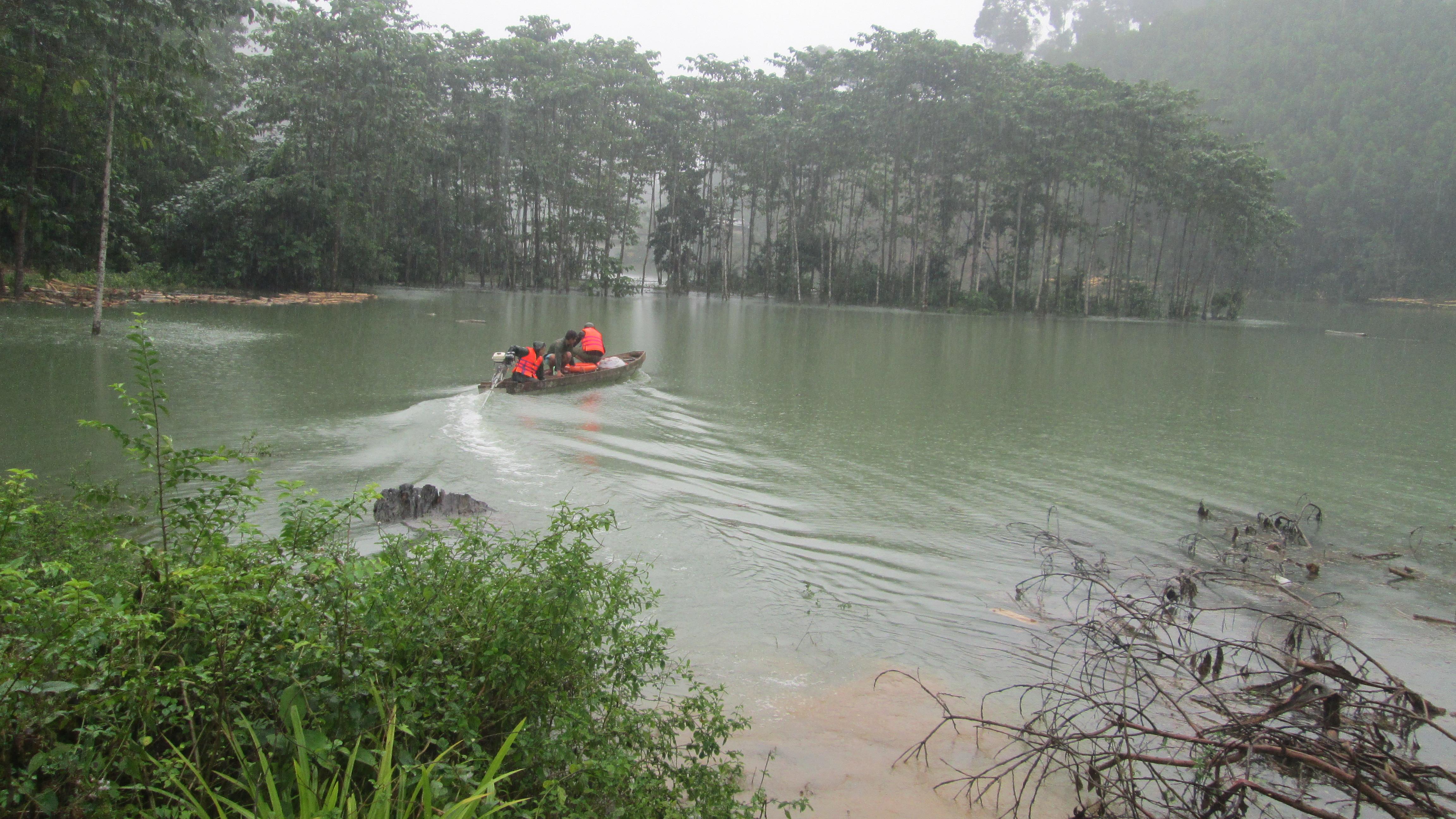 Lực lượng công an huyện Nam Trà My dùng ghe máy tuần tra trên lòng hố sông Tranh 2. Ảnh:THẮNG TRUNG