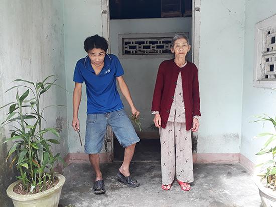 Bà Thanh bên đứa con trai bị bệnh tâm thần.