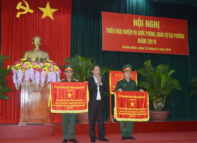 Chủ tịch UBND tỉnh Đinh Văn Thu tặng Cờ đơn vị dẫn đầu phong trào thi đua Quyết thắng năm 2018 cho 02 tập thể.