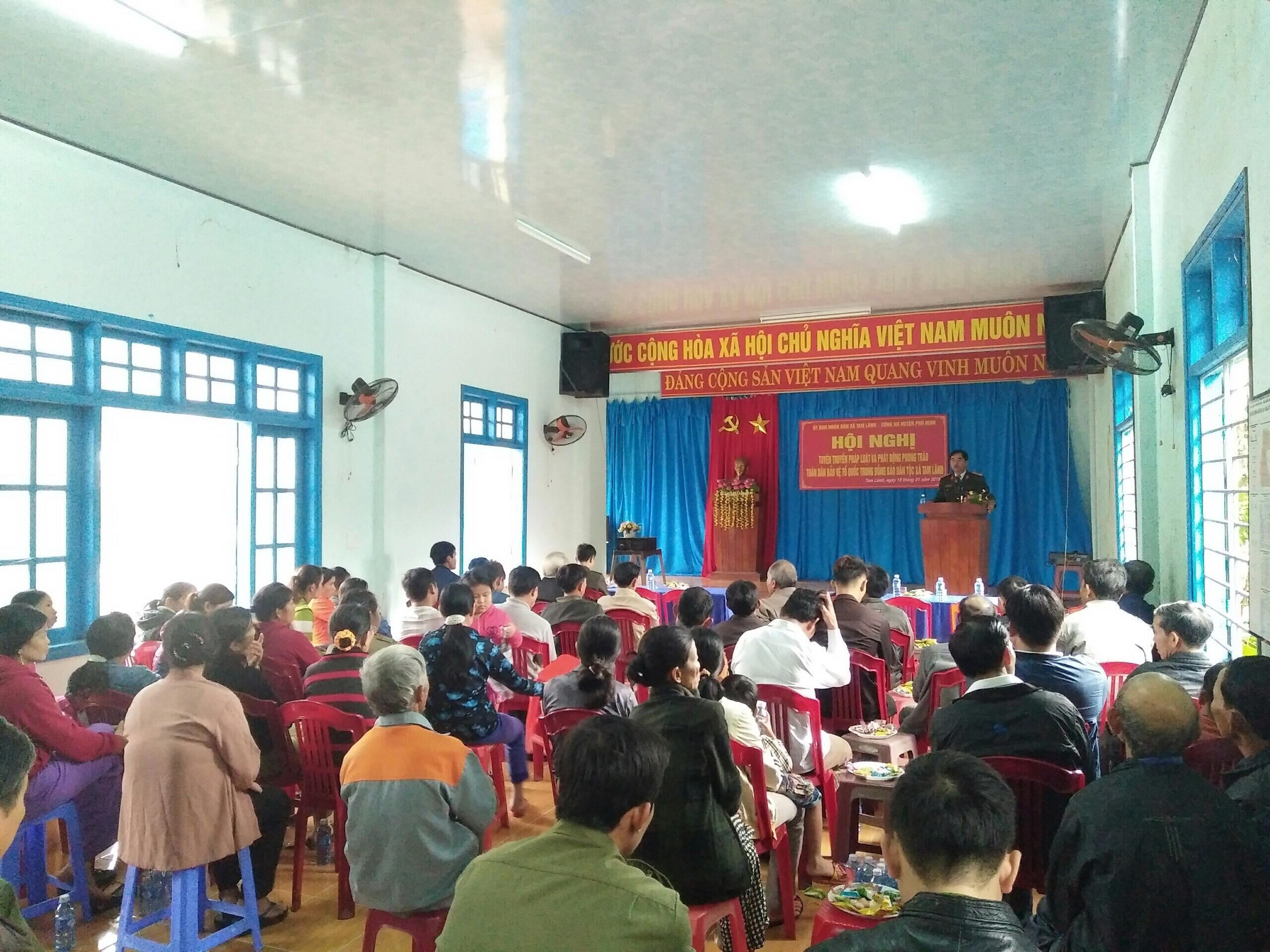 Tuyên truyền pháp luật cho đồng bào dân tộc thiểu số thôn Trà Sung. Ảnh: L.T