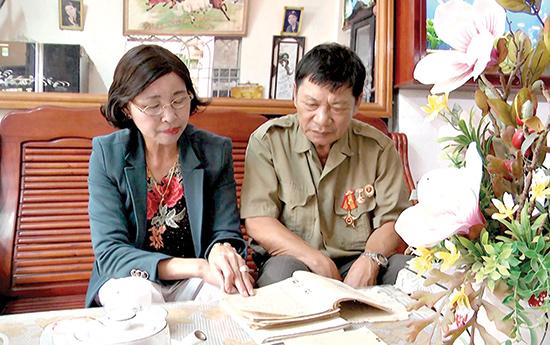 Vợ chồng cô Nguyễn Thị Hoa ôn lại kỷ niệm xưa.Ảnh: H.V