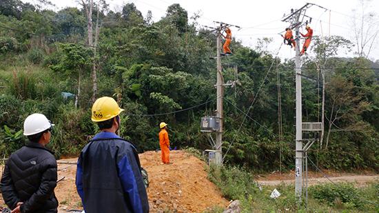 CBCNV PC Quảng Nam làm việc không kể ngày đêm để kịp cấp điện trước Tết Kỷ Hợi cho đồng bào các xã A Xan, Ga Ri.