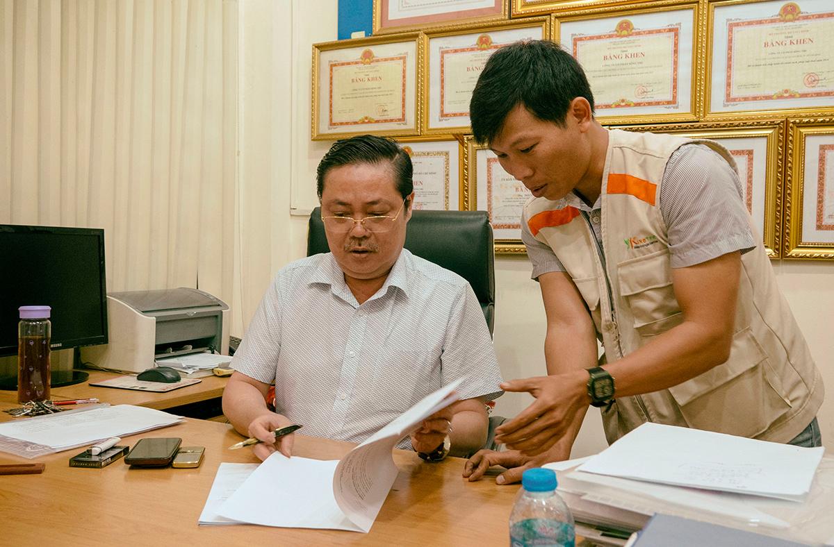 Ông Tuấn luôn bận rộn với công việc.