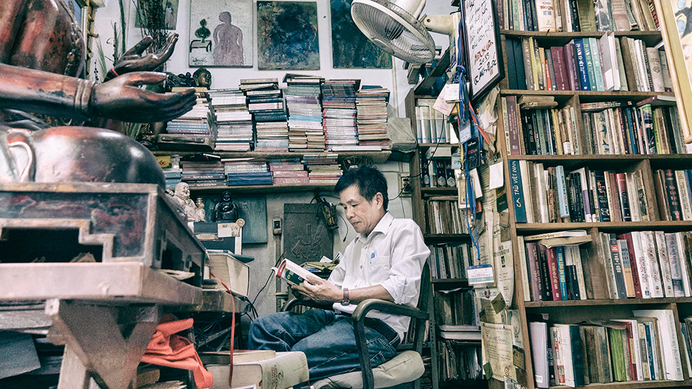 Để có bút lực dồi dào, ngoài đi, nhà thơ Lê Minh Quốc rất hay đọc sách.