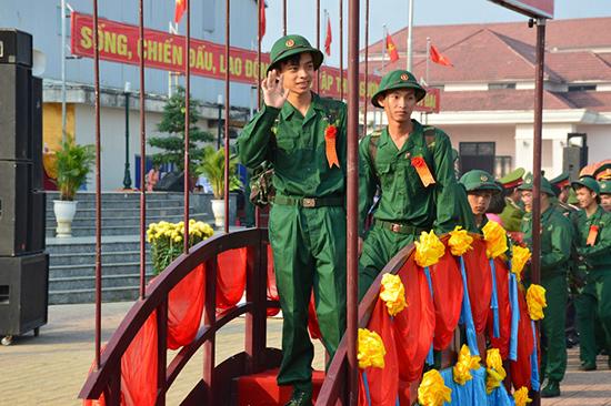 Thanh niên Điện Bàn hăng hái lên đường nhập ngũ tại lễ giao quân năm 2018. Ảnh: V.M