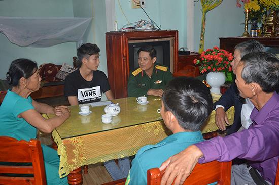 Đại diện Ban Chỉ huy Quân sự và chính quyền địa phương huyện Thăng Bình Thăm hỏi, động viên, tặng quà thanh niên trước lúc lên đường nhập ngũ. Ảnh T.A