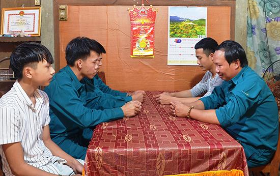 Ban CHQS thị trấn Tiên Kỳ đến thăm hỏi, động viên thanh niên trước lúc lên đường nhập ngũ. Ảnh: N.HƯNG