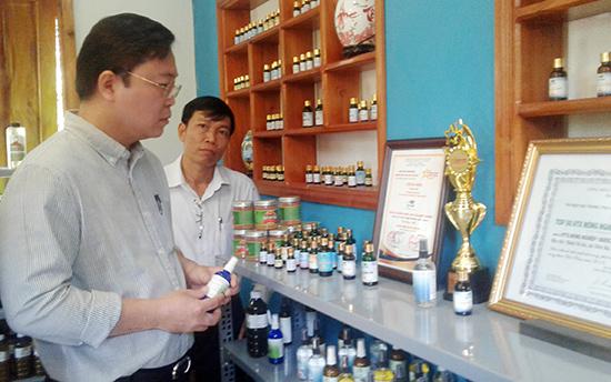 Phó Chủ tịch UBND tỉnh Lê Trí Thanh tham quan gian trưng bày sản phẩm của HTX Nông dược xanh Tiên Phước.  Ảnh: VĂN SỰ