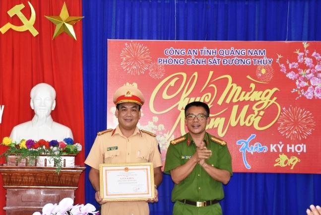Đại tá Nguyễn Hà Lai trao giấy khen cho lãnh đạo Phòng Cảnh sát đường thủy. Ảnh: H.T