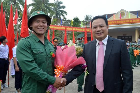 Phó Chủ tịch UBND tỉnh Nguyễn Văn Thanh động viên tân binh lên đường nhập ngũ