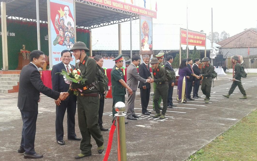 Phó Chủ tịch UBND tỉnh Trần Đình Tùng động viên các tân binh của huyện Quế Sơn.