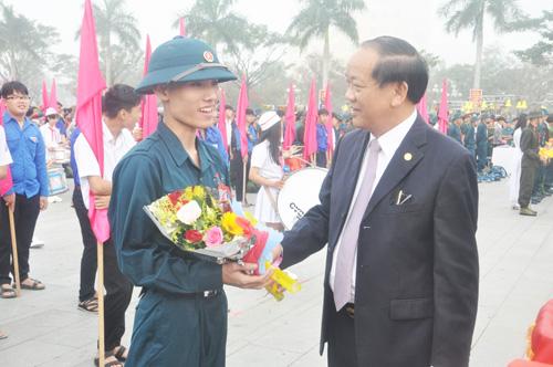 Chủ tịch UBND tỉnh Đinh Văn Thu tặng thăm hỏi, động viên các tân binh. Ảnh: X.P