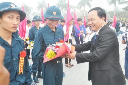 Chủ tịch UBND TP.Tam Kỳ Nguyễn Hồng Quang tặng hoa cho các thanh niên.Ảnh: X.P