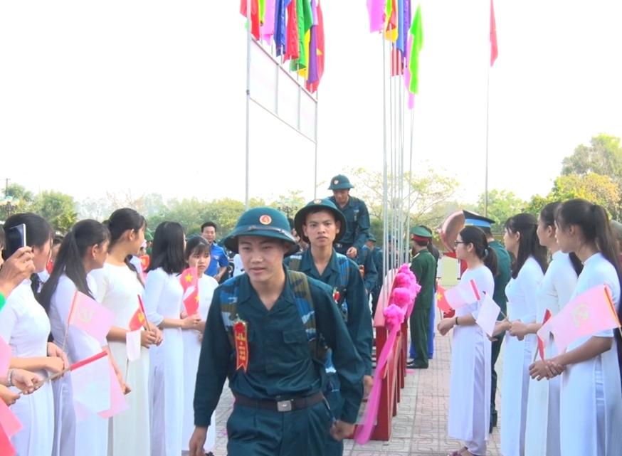 Thanh niên huyện Phú Ninh lên đường tòng quân. Ảnh: HẢI CHÂU