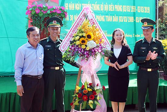 Lãnh đạo huyện Núi Thành tặng hoa cán bộ, chiến sĩ Hải đội 2.