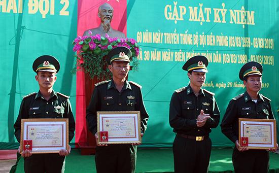 Trao Kỷ niệm chương tại lễ kỷ niệm.