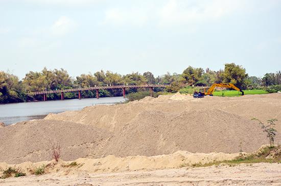 Bãi tập kết cát ở sông Vĩnh Điện, đoạn qua phường Điện Ngọc. Ảnh: T.H