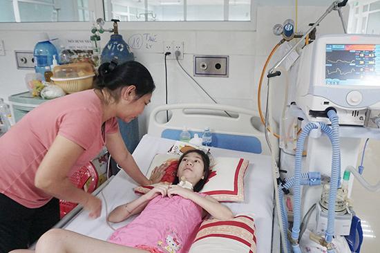 Em Đỗ Thị Trúc Ly mắc bệnh teo cơ tủy sống, hiện đang điều trị tại Khoa Hồi sức tích cực chống độc, Bệnh viện Đa khoa khu vực Quảng Nam. Ảnh: N.TRANG