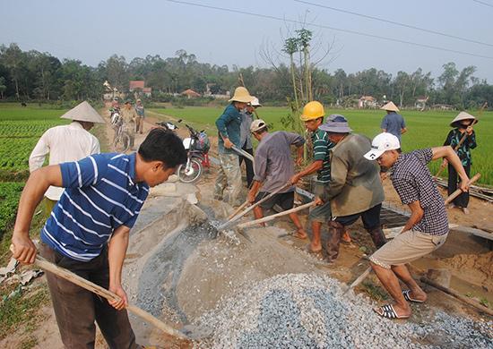 Nông dân phường Trường Xuân tập trung làm bê tông giao thông nông thôn. Ảnh: N.Đ.N