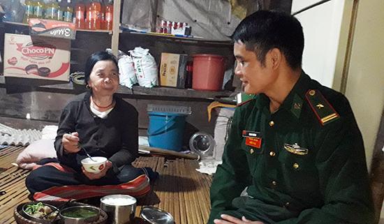 Cán bộ Đồn Biên phòng cửa khẩu Nam Giang mang cơm cho Bà Hiên Nhia thôn Đắc Ốc xã La Dê
