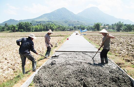 Thời gian qua, Nông Sơn ưu tiên nguồn lực tài chính khá lớn cho việc xây dựng hạ tầng giao thông nông thôn. Ảnh: VĂN SỰ