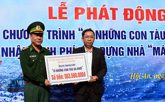 """Đại diện lãnh đạo Bộ đội Biên phòng tỉnh tiếp nhận số tiền ủng hộ chương trình """"Vì con tàu xa khơi"""" từ Ủy ban MTTQ Việt Nam huyện Núi Thành trong đợt phát động vào năm 2015. Ảnh: Đ.N"""