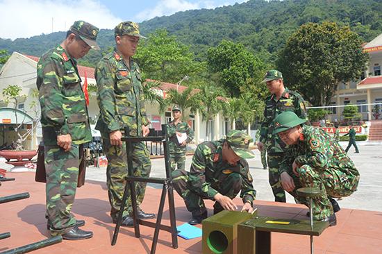 Bộ CHQS tỉnh kiểm tra mô hình học cụ tại Tiểu đoàn 70. Ảnh: T.A
