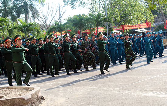 Lực lượng vũ trang diễu binh. Ảnh: VĂN PHIN