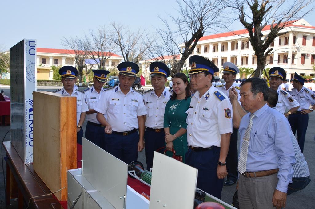 Thiếu tướng Doãn Bảo Quyết và các đại biểu tham quan mô hình học cụ huấn luyện của Bộ Tư lệnh Vùng Cảnh sát biển 2. Ảnh: N.T