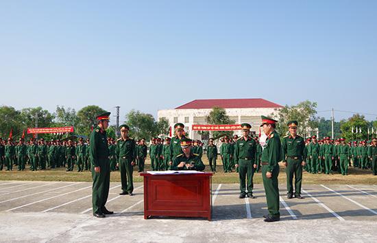 """Trung đoàn 885 ký kết giao ước thi đua với chủ đề """"Luyện giỏi, rèn nghiêm, an toàn, Quyết thắng""""."""