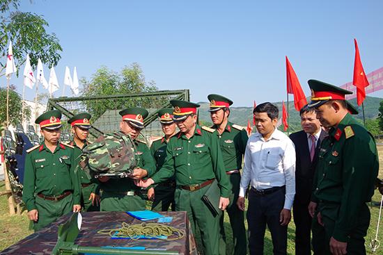 Bộ CHQS tỉnh tham quan khu trưng bày sáng kiến cải tiến kỹ thuật của Trung đoàn 885.